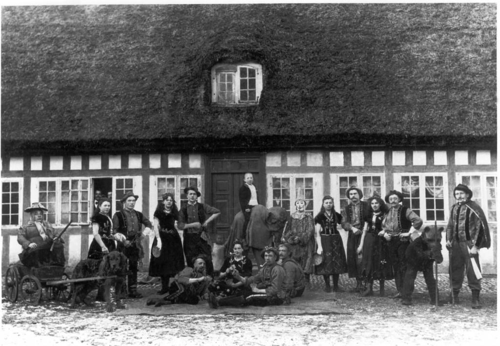 Fastelavnsoptog på Møllegården ca. år 1900